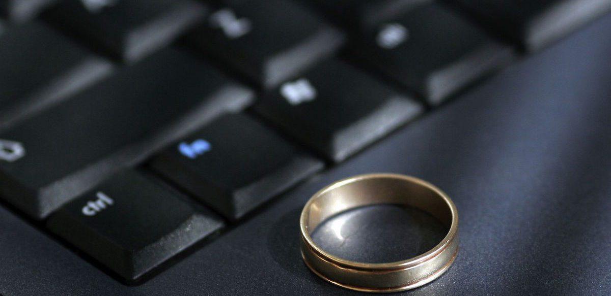 Facebook-ul în Viața Noastră De Cuplu. Este FB Responsabil Pentru Infidelitate Sau Divorț?