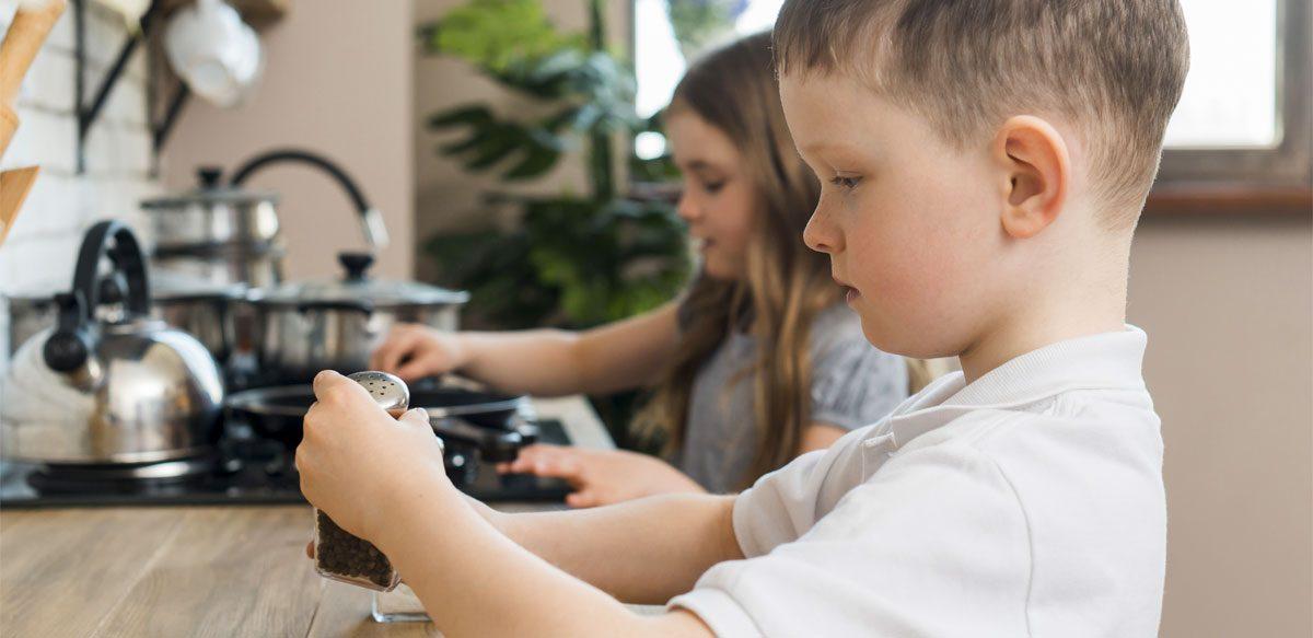 Egalitatea De Gen Se Educă: O școală Din Spania Antrenează Băieți în Slujbele Casnice
